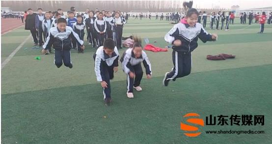 高青四中:学生每天运动1小时、笑容溢出小脸蛋