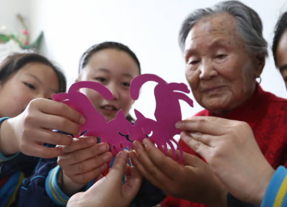 99岁的奶奶将剪纸技艺传校园