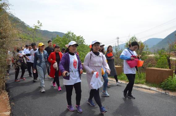 沂水县千名游客红嫂故里徒步慢游