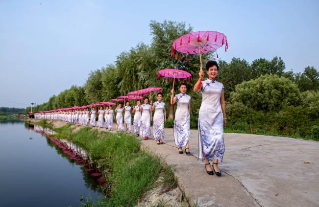 临沂罗庄:水墨旗袍映荷花