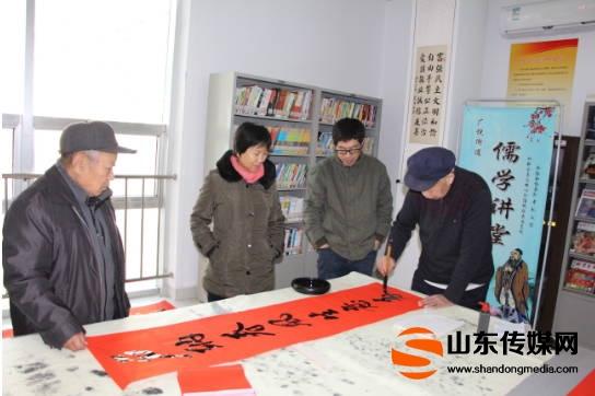 广饶县国安社区:笔墨凝书香 新年送万福