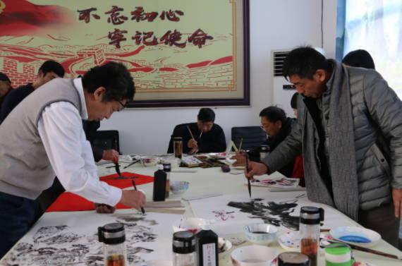 曲阜市美术家协会到尼山镇北辛村为村民写春联送绘画作品送祝福