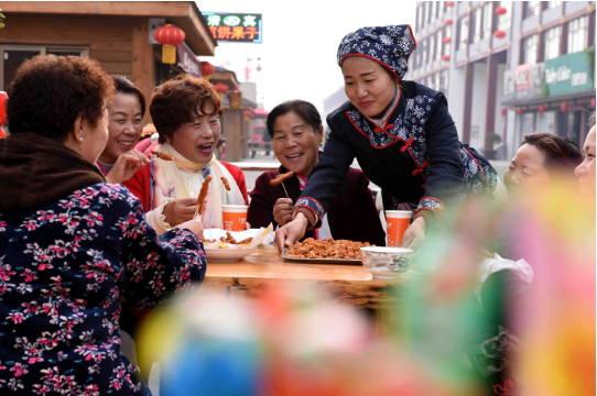 """山东郯城:""""小吃文化节""""引客来"""